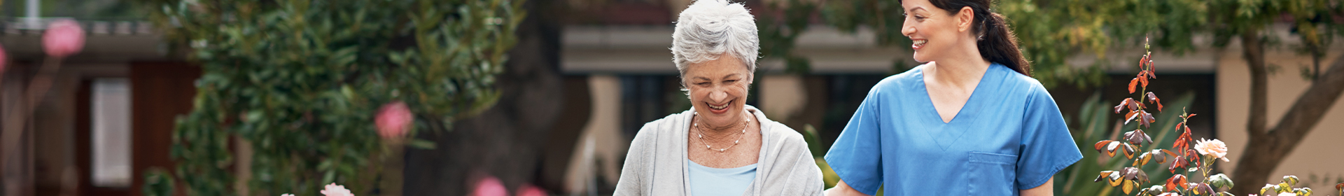 Starsza kobieta i opiekunka